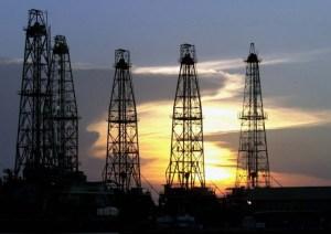 Petróleo abre en alza a 42,35 dólares el barril en Nueva York