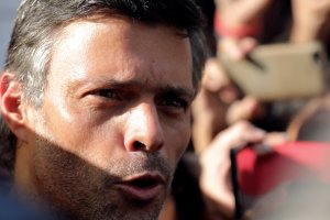 Leopoldo López ya va rumbo a España en avión, confirmó su padre