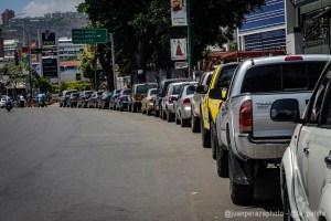 ¿Se habrá acabado la gasolina?… porque las mega colas en las bombas regresaron en Caracas (IMÁGENES)