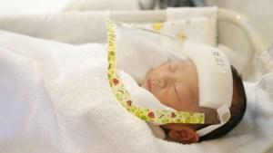 """Bebé nació aferrado al """"aparato"""" anticonceptivo de su madre y los médicos lo calificaron como un """"milagro"""" (FOTOS)"""