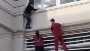 """La """"mujer araña"""": Escaló por las paredes de un hospital para ver a un familiar con Covid-19 (Video)"""