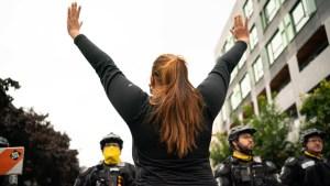 Hombre chocó contra manifestantes y dejó 2 mujeres gravemente heridas en Seattle