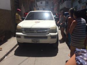 En imágenes: Presuntos Cicpc sacan a golpes de su residencia a funcionario de la Policía de Chacao