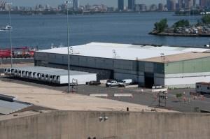 Más de 1.300 víctimas de Covid-19 en Nueva York esperan en congeladores para ser enterrados