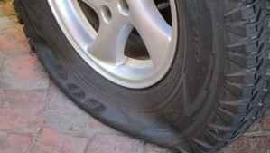 WTF? Detuvieron a un hombre que pinchó más de mil neumáticos para encontrar pareja