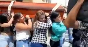 Bailaron a un venezolano muerto dentro de su ataúd al mejor estilo de los africanos en Colombia (Video)