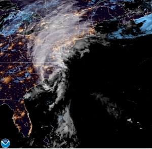 Huracán Isaías azota la costa este de EEUU y deja al menos un muerto