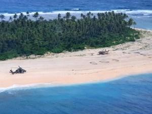Rescatan a 3 hombres perdidos en isla desierta del Pacífico tras escribir SOS (Fotos)