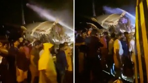 Un avión de Air India Express con unos 190 personas a bordo se parte en dos al salirse de la pista durante el aterrizaje