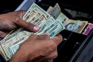 ¡OFICIALMENTE devaluados! Dólar BCV se puso a la par del paralelo y pasó el millón de bolívares