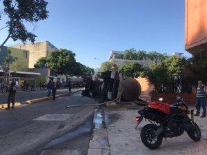 Una gandola cisterna se volcó frente la estación del Metro Los Cortijos #18Sep (FOTOS)