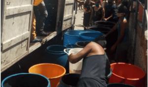 A La Vega llegaron camiones con tanques de agua… y solo repartieron medio tobo por familia