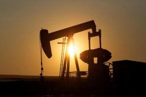 Petróleo baja luego de que Opep+ extendió su reunión sobre recortes