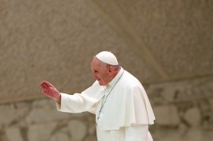 """El Papa Francisco dice que hay que obedecer a la """"señora"""" Covid-19, pero aparece en público sin mascarilla"""