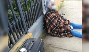¡Desalmada! Con engaños, le quitó la casa a su madre de 88 años y la dejó en la calle (FOTO)