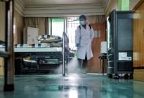 Reapareció en público el médico chino cuya piel se oscureció debido al tratamiento del Covid-19