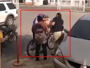 """Hecho en """"revolución"""": En Zulia ya no hay ambulancias… así que trasladan a los pacientes en bicicleta (VIDEO)"""