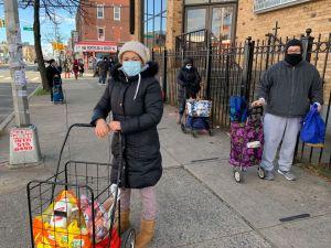 Bodegueros ayudan a comerciante que perdió su negocio por un incendio en El Bronx