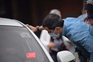 Juan Guaidó recorre las colas por gasolina, llevando el mensaje de participación en la Consulta Popular (Fotos y Videos)