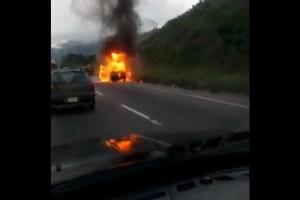 Reportan incendio de vehículo en la autopista Petare-Guarenas este #2Dic (VIDEO)