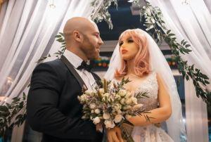 """Fisicoculturista ruso se casó con su muñeca sexual: """"Nuestro romance floreció durante la cuarentena"""""""