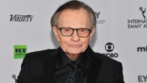 El popular presentador Larry King, hospitalizado tras contagiarse con coronavirus