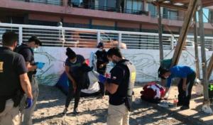 Desalojaron decenas de familias venezolanas que dormían en una playa de Chile (Fotos)