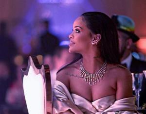¿Qué Rihanna QUÉ? La foto topless que paralizó Instagram y no puedes dejar de ver