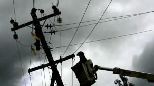 """¡Insólito! Provocó un apagón tras intentar """"hacer ejercicio"""" en un poste eléctrico (Video)"""