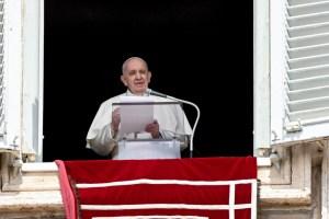 El papa Francisco reaparece ante fieles en la Plaza de San Pedro para su plegaria dominical (FOTO)