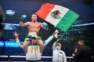 """Con brutal castigo: """"Canelo"""" Álvarez venció a Saunders y se adjudicó el título de la OMB por nocaut (Fotos y Video)"""