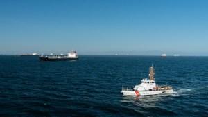 Guardia Costera de EEUU hace disparos de advertencia ante maniobras de buques militares iraníes