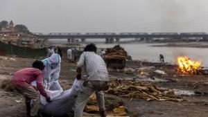 ¡De terror! Decenas de cadáveres de víctimas por Covid-19 aparecen flotando a orillas del río Ganges