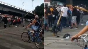 Desprenden semáforo y le cae encima al sujeto que también lo vandalizó durante las protestas en Colombia (Video)