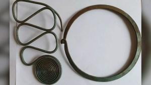 Encontró por casualidad uno de los mayores tesoros en joyas de la Edad de Bronce