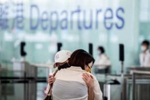 El éxodo hacia la libertad se llena de lágrimas el aeropuerto de Hong Kong