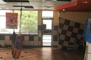 ¡Solo en Venezuela! La McHamaca que montaron en un McDonalds abandonado en Maracaibo (Foto)