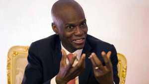¿Quién era la persona infiltrada que les avisó a los mercenarios cuando el presidente de Haití estaba en su habitación?