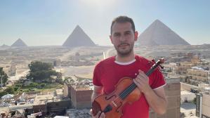 Ni dioses, ni faraones: Venezolano puso a Egipto a sus pies con su violín desde la Pirámide Roja (VIDEO)