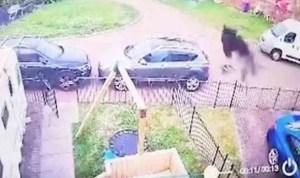 """¡Susto! Madre aterrada pide ayuda a un sacerdote tras grabar una """"figura negra"""" en su casa (VIDEO)"""