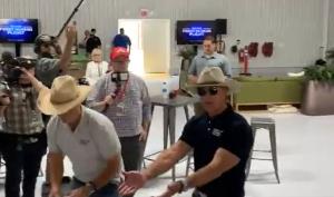 """Jeff Bezos bromea sobre la """"última comida"""" antes de volar al espacio (VIDEO)"""