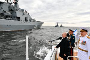 Putin desafió a Occidente con un imponente desfile naval en San Petersburgo (Fotos)