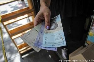 Con escepticismo, comerciantes se preparan para la nueva reconversión monetaria en Venezuela