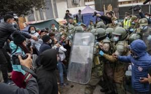 IMÁGENES: Policía desalojó a migrantes, en su mayoría venezolanos, de una plaza en Chile