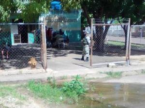 En riesgo la salud de las personas por bote de aguas negras en centro de vacunación de Ciudad Bolívar