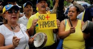 Dormir con hambre: Ancianos venezolanos racionan alimentos para subsistir (Video)