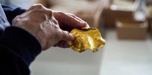 ¡Insólito hallazgo! Un novato buscador de metales encontró el tesoro vikingo más rico de la historia (FOTOS)