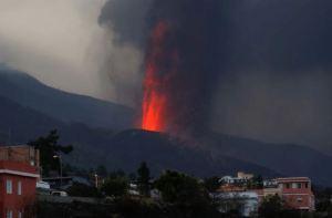 Nuevas bocas del volcán y mayor explosividad obligaron a más evacuaciones en La Palma