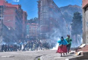 Cocaleros en Bolivia quemaron patrullas tras nuevo choque con la policía (Videos)