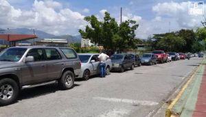 Hasta tres días de cola deben hacer en San Juan de los Morros para surtir gasolina